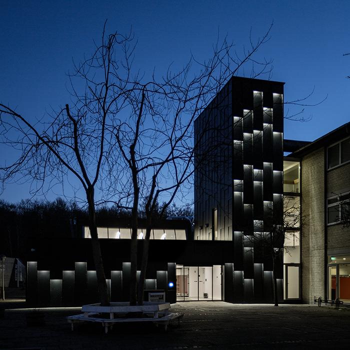 Åbent bibliotek Allerød, Nordsjælland, bygning lyser op om natten